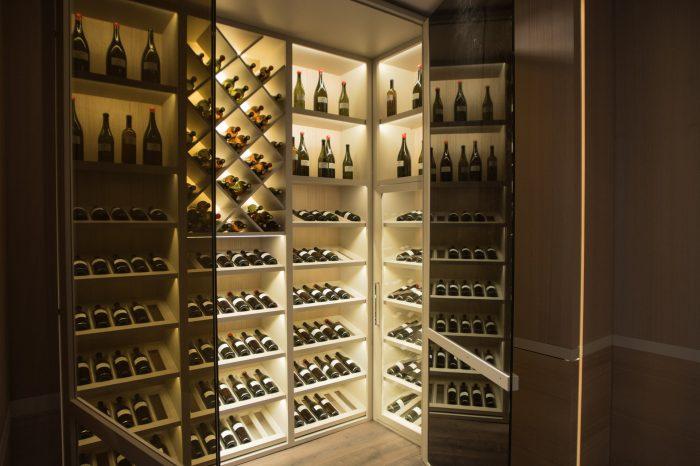 salotto-moderno-cantina-vino-villa-milano-4