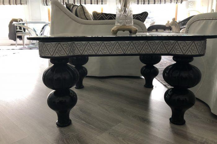 tavolino-legno-massello-pelle-cristallo-1
