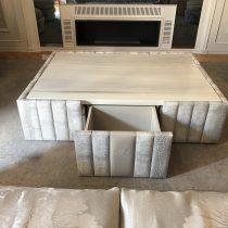 tavolino-pelle-coccodrillo-sgabelli-velluto-1